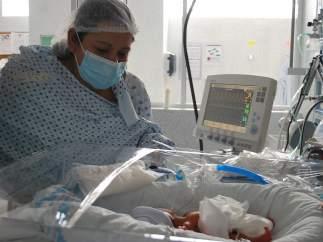 La mexicana María del Rosario (madre) observando a uno de los siete bebés que ha dado a luz