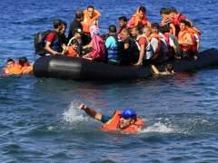 Mueren al menos 33 refugiados al volcar sus embarcaciones en el Egeo