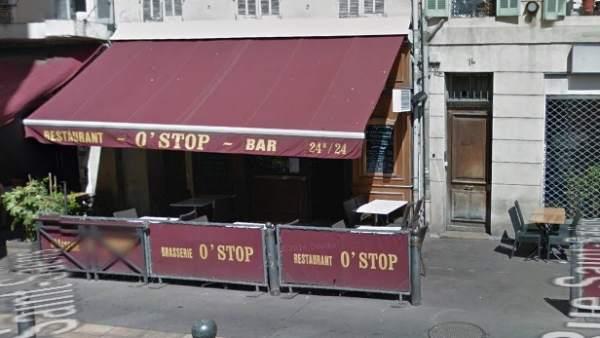 Acceso al bar O'stop, en la calle Saint-Saëns (Marsella), lugar donde ha ocurrido el tiroteo