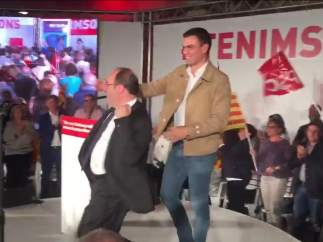 Miquel Iceta baila junto a Pedro S�nchez