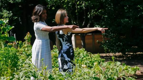 Michelle Obama y Letizia, en el huerto
