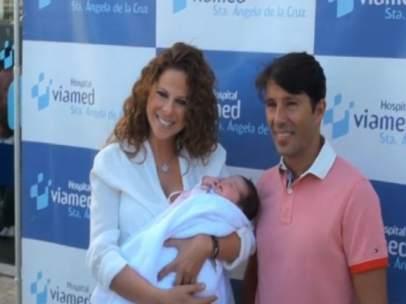 Pastora Soler y su marido presentado a su primera hija, Estrella