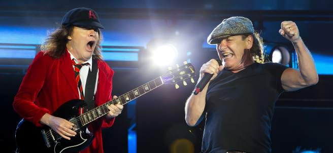 Angus Young (izq) y Brian Johnson (dcha.) de  AC/DC durante una actuación