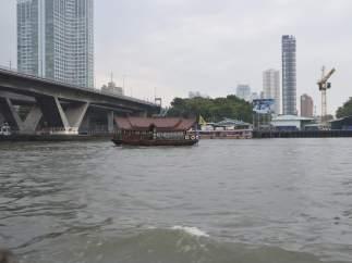 Fotografía de una embarcación típica tailandesa en el río Chao Phraya en Bangkok (Tailandia)