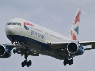 Avión de 'Britsh Airways' aterrizando en el aeropuerto Heathrow, en Londres