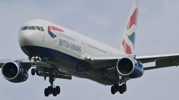 Avión de 'Britsh Airways' aterrizando en el aeropuerto Heathrow, en Londres