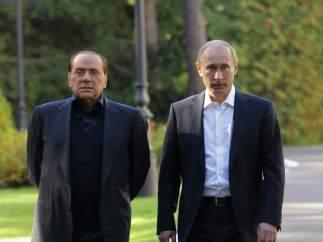 El exprimer ministro italiano Silvio Berlusconi (dcha.) y el presidente de Rusia, Vladímir Putin.