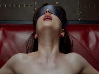 Dakota Johnson representando a Anastasia Steele en 'Cincuenta sombras de Grey'