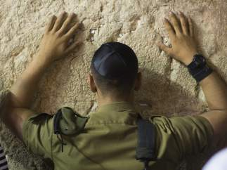 Orando frente al muro