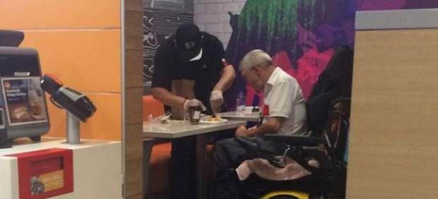 Un empleado de McDonald's, premiado tras parar de trabajar para ayudar un discapacitado