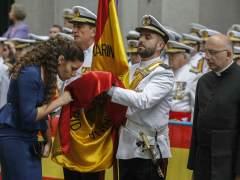 Una mujer jura la bandera española