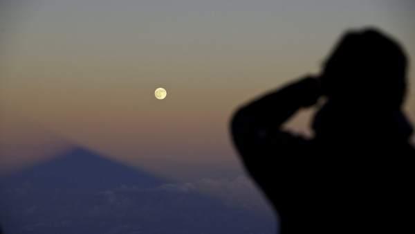 La luna ilumina el Teide