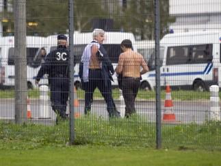 Trabajadores de Air France tratan de retener y descamisan a los ejecutivos de