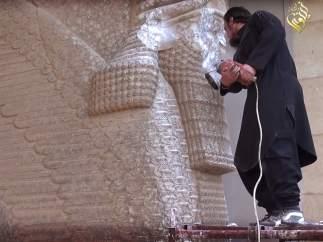 Destrucción de un toro alado por parte de Estado Islámico en el Museo de Mosul (Irak)