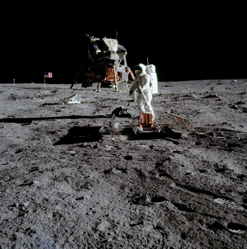 Módulo solar del Apolo 11. El astronauta Buzz Aldrin ensambla un módulo solar al lado del Eagle, durante la misión Apolo 11 de la NASA