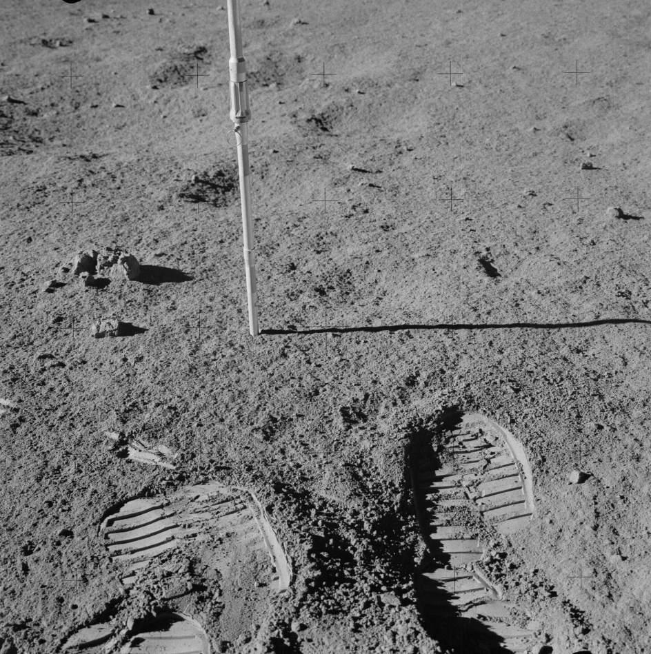 Huellas de humanos en la Luna. Varias pisadas en la superficie de la Luna dejadas por los integrantes de la misión Apolo 14 de la NASA.