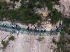 Roturas en una pasarela de cristal a mil metros de altura