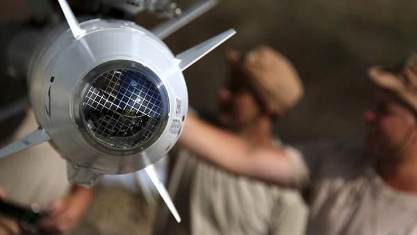 Miembros del Ejército ruso preparando aviones para atacar en Siria