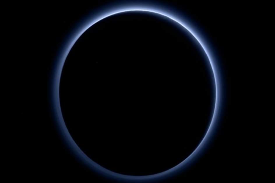 Brumas azules en el cielo de Plutón