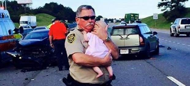 La foto de un policía consolando a un bebé tras un accidente conmueve a Estados Unidos