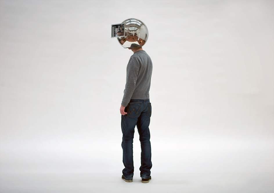 Decelerator Helmet. Este casco, creado por un estudiante de artes, permite una visión en cámara lenta del mundo.