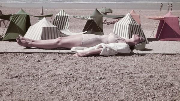 Robert Capa — Une femme sur la plage, Biarritz, France, août 1951