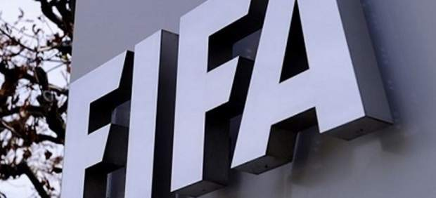 La FIFA sanciona a la Federación por los fichajes internacionales de menores del Madrid y el Atleti