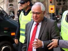 Agentes de la Guardia Civil sacan detenido de su domicilio al tesorero de CDC, Andreu Viloca.