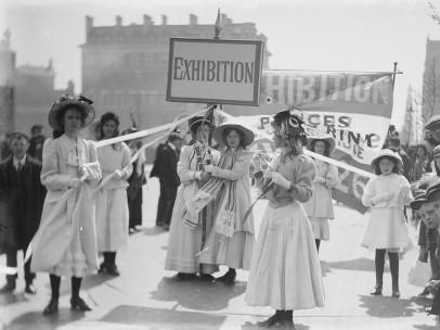 Christina Broom (1862-1939) - Jeunes suffragettes faisant la promotion de l'exposition de la Women's Exhibition de Knightsbridge, Londres, mai 1909
