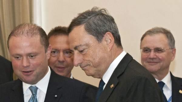 Joseph Muscat y Mario Draghi