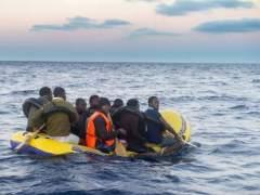 Buscan una patera con 52 personas en el mar de Alborán