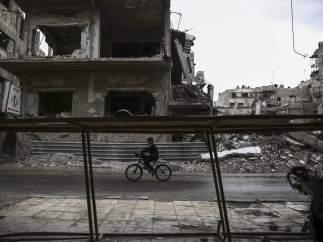Un niño juega en Douma, un barrio a las afueras de Damasco, capital de Siria.