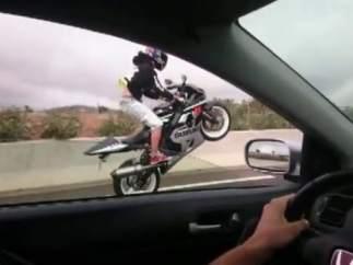 Motorista haciendo 'el caballito'