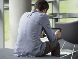 Hombre utilizando su tablet
