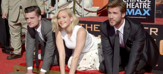 Jennifer Lawrence, Liam Hemsworth y Josh Hutcherson en el Teatro Chino de Hollywood