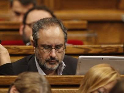 El l�der de la CUP, Antonio Ba�os, se estrena compareciendo en el Parlament en la segunda jornada de investidura.