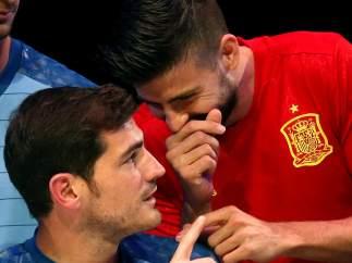 Risas entre Piqué y Casillas
