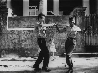Agnès Varda - Cuba [Cha-cha-cha dansé par des membres de l'ICAIC dont Sarita Gómez en tenue de militaire], 1963