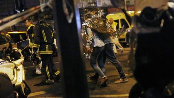 Víctimas abandonan la sala de conciertos Bataclan tras el atentado