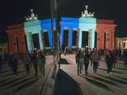 Decenas de alemanes se concentraron en la Puerta de Brandemburgo, en Berlín, en la tarde del sábado.