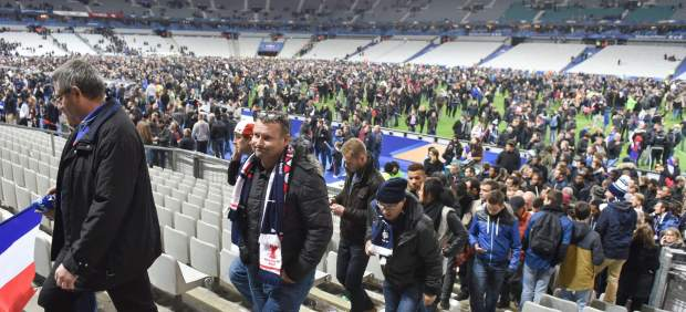 Espectadores abandonan el Stade de France tras el encuentro amistoso entre Francia y Alemania.