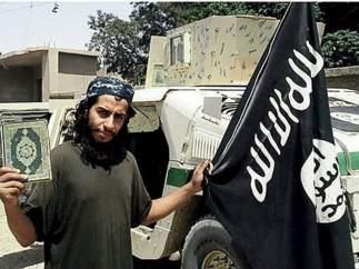 Abaaoud, con la bandera del Estado Isl�mico