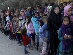 Decenas de refugiados, heridos en Lesbos al ser atacados por ultras