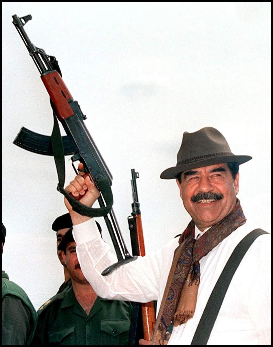 Sadam Husein, con un fusil AK-47 en 1998 (GTRES)