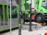 Un tranvía choca con el camión de la basura en Bilbao