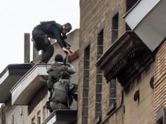 Agentes intervienen en una operación especial el día 16 de noviembre de 2015 en el barrio bruselense de Molenbeek tras los atentados de París.