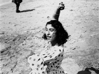 Lucien Clergue, Draga en robe � pois, Les Saintes-Maries-de-la-Mer, 1957