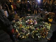 Homenaje a los fallecidos en los ataques yihadistas del 13N cerca de la sala Bataclan.