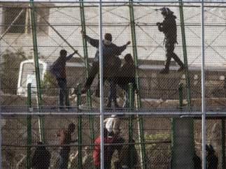 Subsaharianos en la valla que separa Melilla de Marruecos en una foto de archivo.
