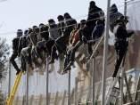 Inmigrantes, sobre la valla de Melilla